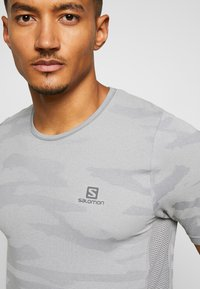 Salomon - CAMO TEE - T-shirt med print - alloy/heather - 4