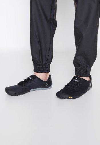 VAPOR 4 - Obuwie do biegania neutralne - black