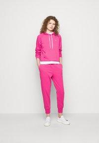 Polo Ralph Lauren - FEATHERWEIGHT - Pantaloni sportivi - peony - 1