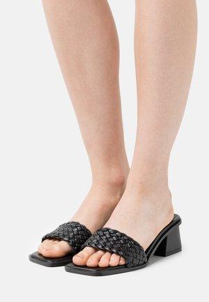 BRAIDED SLIP IN - Pantolette hoch - black