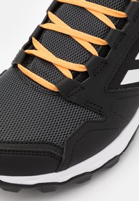 adidas Performance - TERREX AGRAVIC TR GTX - Løpesko for mark - core black/footwear white/hazy orange - 5