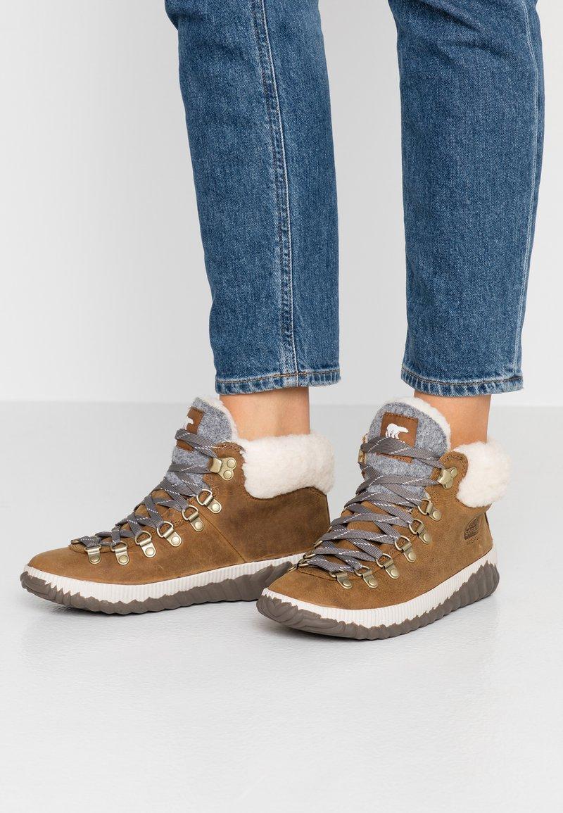 Sorel - OUT N ABOUT PLUS CONQUES - Ankle boots - elk