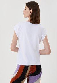 LIU JO - WITH PRINT AND APPLIQUÉS - Print T-shirt - white - 2