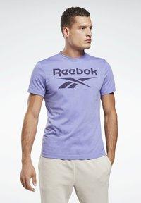 Reebok - GRAPHIC SERIES REEBOK STACKED TEE - Print T-shirt - purple - 0