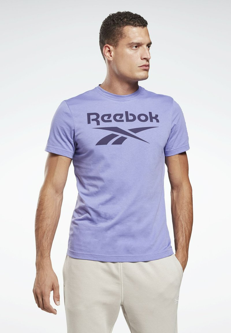Reebok - GRAPHIC SERIES REEBOK STACKED TEE - Print T-shirt - purple