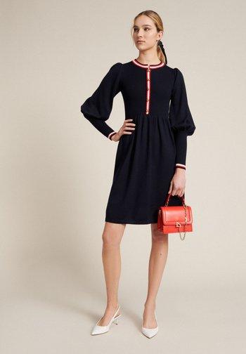 MOVIDA - Jumper dress - blu/rosso/panna