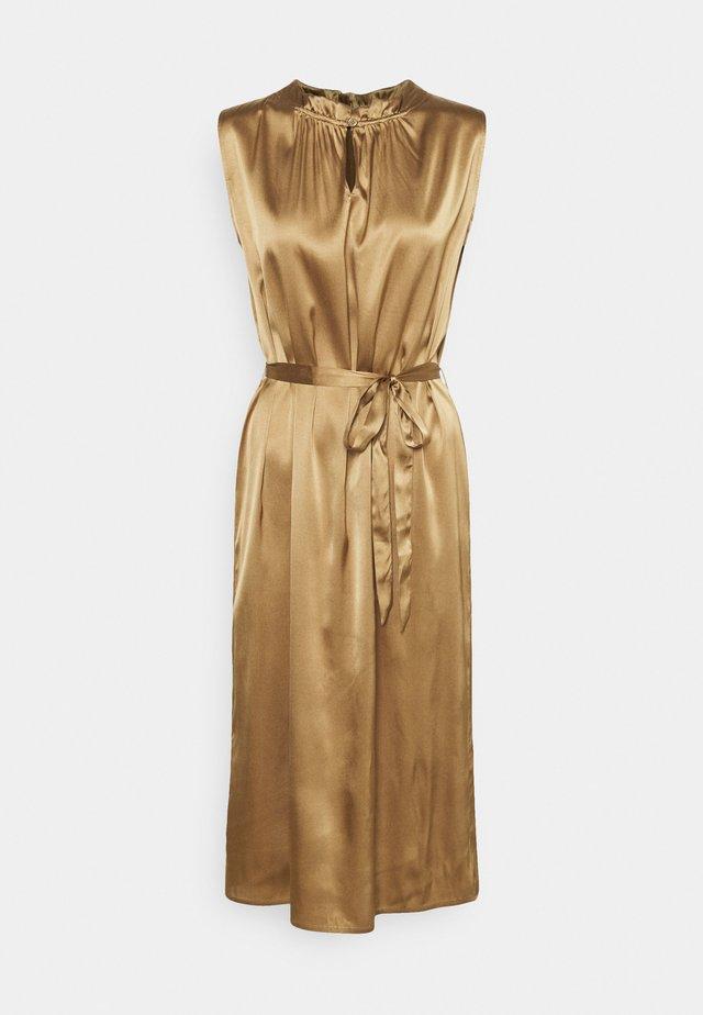 RAYA SLEEVELESS DRESS - Cocktailjurk - camel