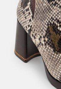 Tory Burch - RUBY BOOTIE - Kotníkové boty na platformě - aspen multicolor - 5