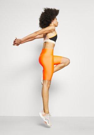 GRAND STAND SHORT - Leggings - shocking orange