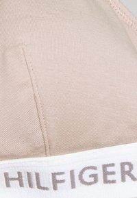 Tommy Hilfiger - TRIANGLE BRA THONG SET - Kaarituettomat rintaliivit - nude - 5