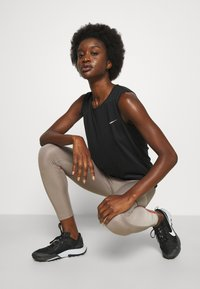 Nike Performance - RUN TANK - Topper - black/bright crimson - 3