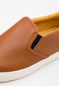 Puma Golf - OG SLIP ON ARNOLD PALMER - Chaussures de golf - brown - 5