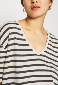 Lounge Nine - KYA  - Print T-shirt - navy/oat - 3
