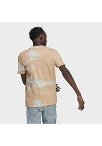 adidas Originals - CAMO AOP TONGUE - T-shirts print - grey - 2