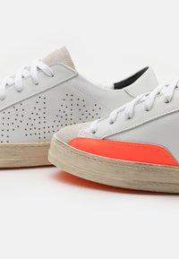 P448 - JOHN UNISEX - Tenisky - white/orange - 5