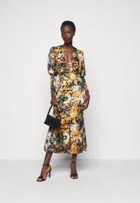 Never Fully Dressed Tall - BLOOM PRINT LINDOS DRESS - Robe d'été - navy/multi - 1