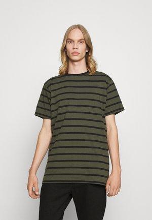 CLASSIC TEE - Print T-shirt - 186 deep depths /black stripe