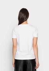 Tommy Hilfiger - REGULAR GRAPHIC TEE - Print T-shirt - white - 2