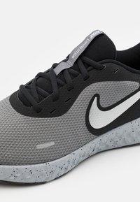Nike Performance - REVOLUTION 5 PRM - Neutrální běžecké boty - black/chrome/smoke grey - 5