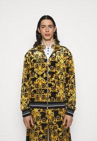 Versace Jeans Couture - TECNO PRINT LOGO BAROQU - Sweater met rits - black - 0