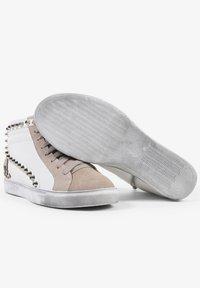 Scalpers - STUDS  - Sneakersy niskie - off white/beige - 4