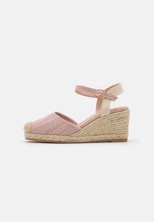 Sandály na klínu - cipria