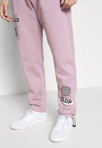 Topman - PRINTED BUNGY  - Pantaloni sportivi - lilac - 5