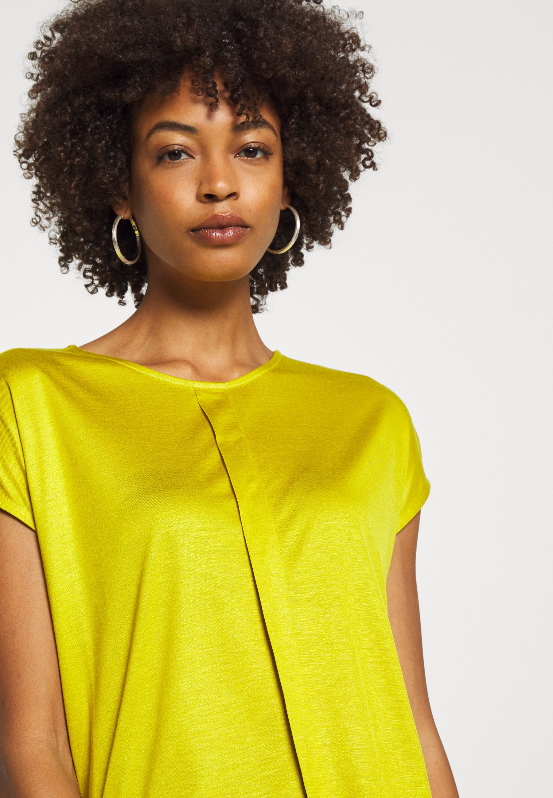 Someday. Kusana - T-shirts Golden Green/sennep