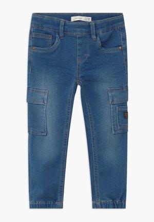 NMMROMEO DNMATHAYER - Cargo trousers - medium blue denim