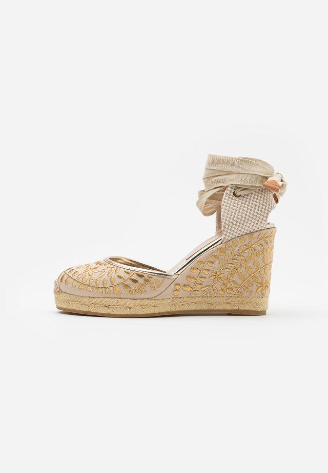 MUSCHINO - Sandály na vysokém podpatku - gold