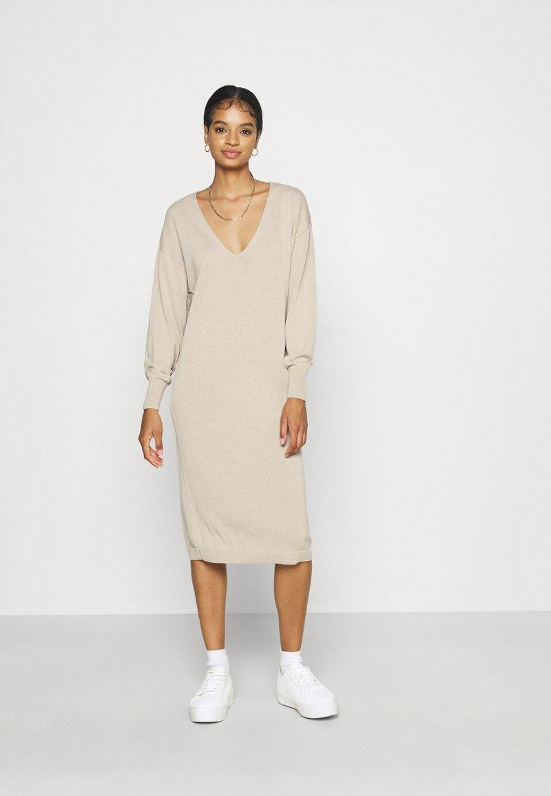 NU-IN - NU-IN X JANA´S DIARY V-NECK MIDI DRESS - Gebreide jurk - beige