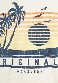 Jack & Jones - JORLAGUNA TEE CREW NECK - Print T-shirt - seedpearl - 2