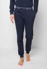 Jack & Jones - JACLOUNGE PANTS - Pyjama bottoms - navy blazer - 0