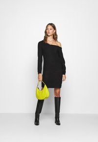 Missguided - AYVAN OFF SHOULDER JUMPER DRESS - Abito in maglia - black - 1