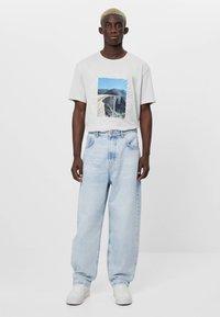 Bershka - MIT WEITEM BEIN IM  - Jeans a sigaretta - blue denim - 1
