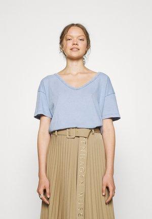 WEB ONLY  V NECK TEE - Basic T-shirt - seasong