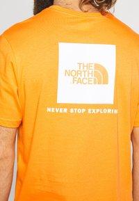 The North Face - BOX TEE - Triko spotiskem - flame orange - 4