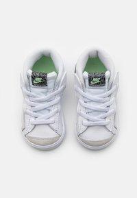 Nike Sportswear - BLAZER MID '77 - Höga sneakers - white/black/vapor green/smoke grey - 3
