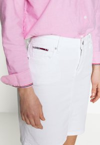 Tommy Jeans - CLASSIC SKIRT  - Pencil skirt - candle white - 4