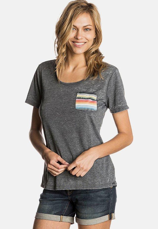PASS POCKET - Print T-shirt - grey