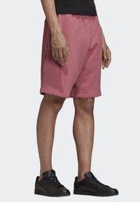 adidas Originals - R.Y.V. SHORTS - Shorts - pink - 3