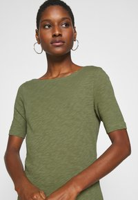Marc O'Polo - SHORT SLEEVE BOAT NECK - Camiseta básica - seaweed green - 4