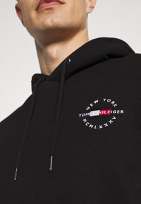 Tommy Hilfiger - CIRCLE CHEST HOODY - Felpa con cappuccio - black - 5