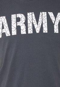 Alpha Industries - ARMY CRACK - Triko spotiskem - greyblack - 2