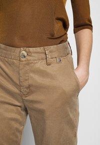 Herrlicher - LOVELY POWERSTRETCH - Chino kalhoty - umbra - 5