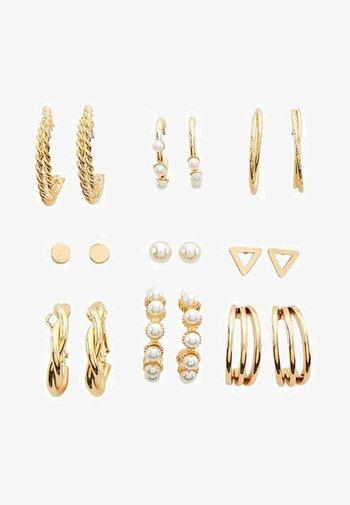 SET AUS OHRRINGEN UND CREOLEN MIT KUNSTPERLEN  - Earrings - gold-coloured