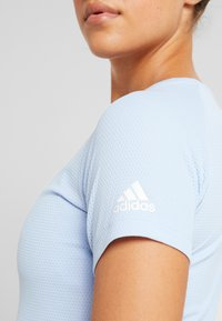 adidas Performance - FREELIFT  - T-shirt z nadrukiem - glow blue - 5
