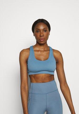 WORKOUT CUT OUT CROP - Light support sports bra - copen blue