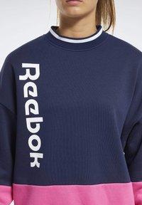 Reebok - TRAINING ESSENTIALS LOGO CREW SWEATSHIRT - Sweatshirt - blue - 3
