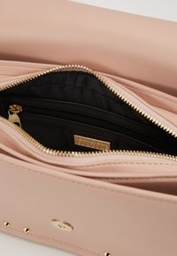 Versace Jeans Couture - BAROQUE BUCKLE STUD SHOULDER  - Across body bag - naked pink - 4